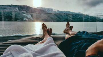Zwei Personen entspannen am Wasser
