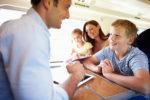 Langeweile auf langen Zug- oder Flugreisen vorbeugen – die besten 5 Ideen zum Zeitvertreib
