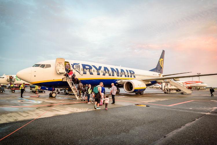 Flüge Billigairlines - Fluggäste vor Ryanair-Flugzeug