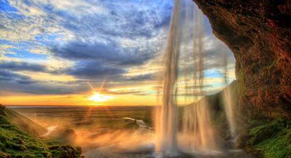 Atemberaubende Wasserfälle und Geysire verzaubern die Besucher Islands immer wieder aufs Neue.