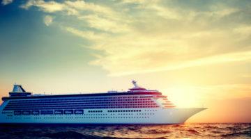 Kreuzfahrtschiff vor Sonnenuntergang