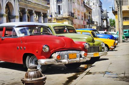 Alte amerikanische Autos in den Straßen Havannas