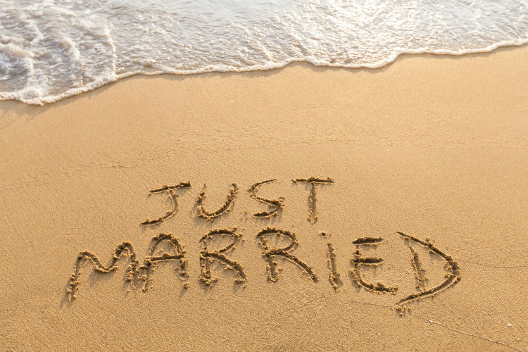 just married steht im Sand geschrieben