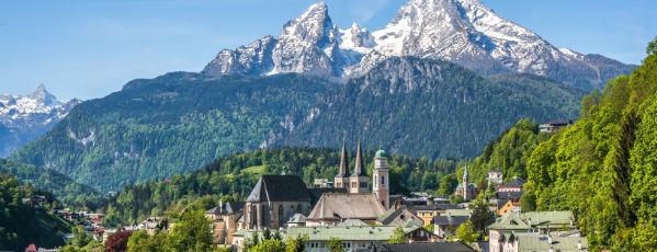 Kirche vor Berg in Deutschland
