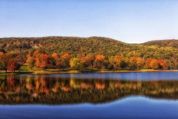 Connecticut ist im Grunde ein landschaftlich geprägter Staat. Der Indian Summer verwandelt die Wälder im Spätherbst regelmäßig in ein Meer aus Farben.