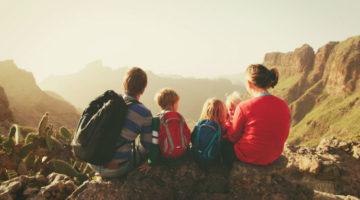 Familie bei Sonnenuntergang auf einem Hügel