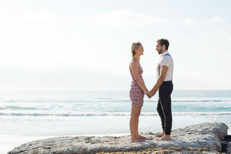 Junges Paar verlobt sich am Meer