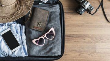 Geöffneter gepackter Koffer