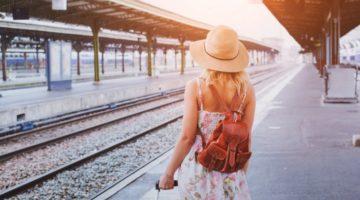 Frau die auf Ihren Zug wartet
