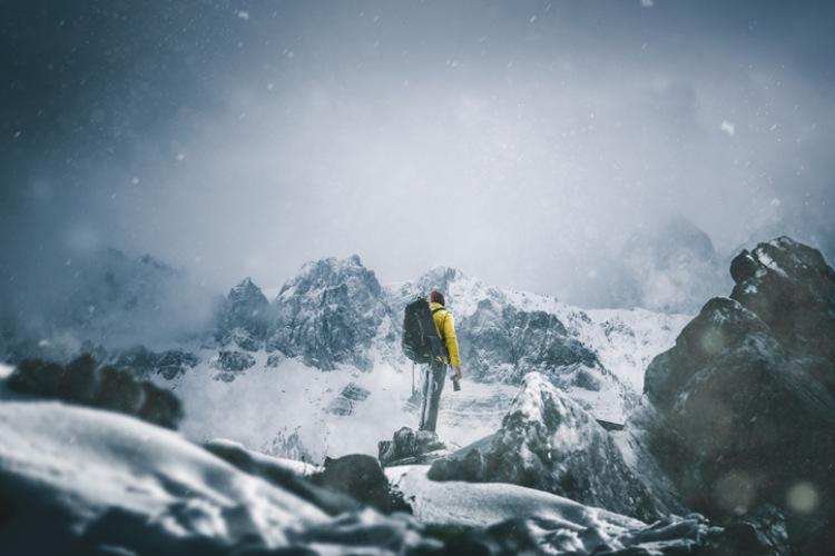 Mann der im Schnee wandert