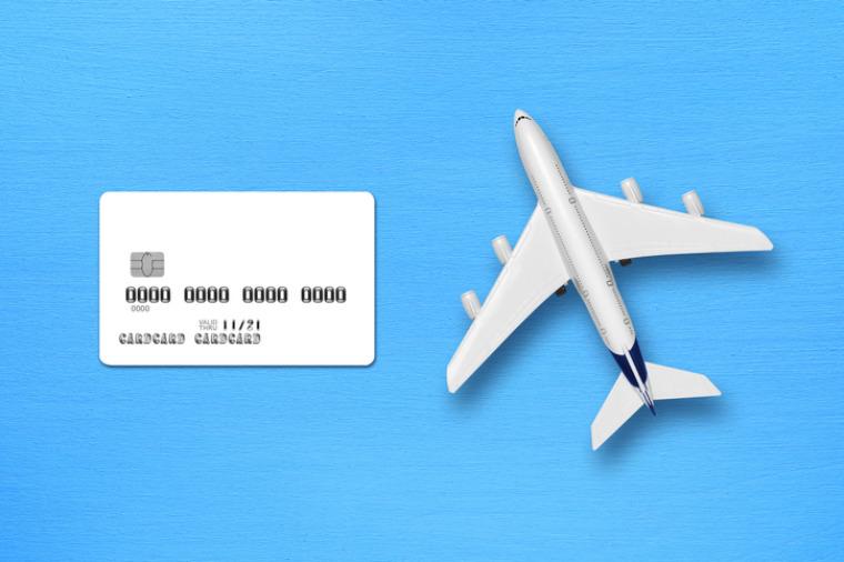 Kreditkarte und Flugzeuge nebeneinander