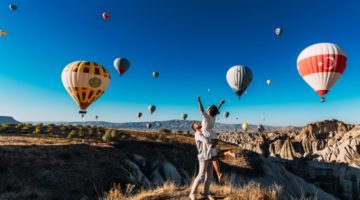Paar in Kappadokien vor Ballons