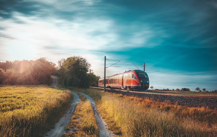 Zug inmitten einer deutschen Landschaft