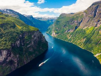 Fjord Geirangerfjord mit Fähre, Norwegen