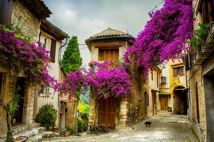 Aufnahme eines Altstadt-Straßenzuges in der Provence