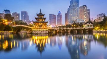 Die chinesische Stadt Guiyang in der Nacht