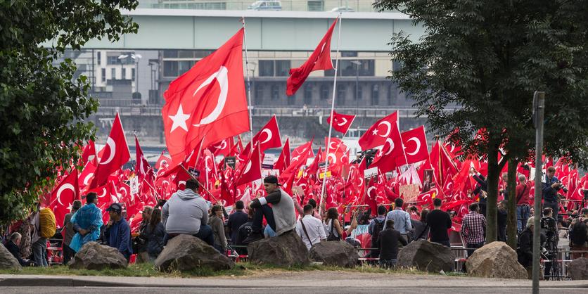Demonstration mit türkischen Fahnen