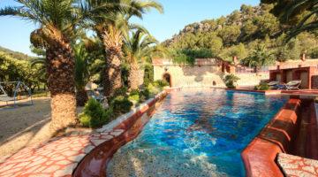 Blick auf eine Finca auf Mallorca (Blick über den Pool)