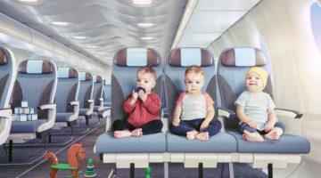 Babys sitzen auf Flugzeugsitz