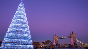Weihnachtsbaum in London vor der Tower Bridge