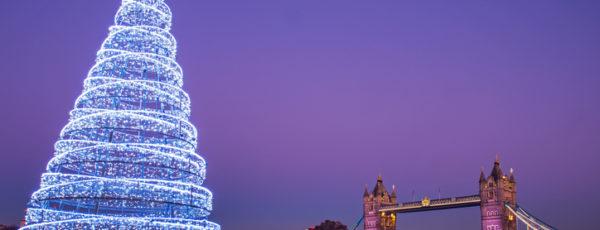 Weihnachtsbaum in London vor der Tower Bridge