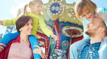 Eltern mit ihren zwei Kindern im Erlebnispark