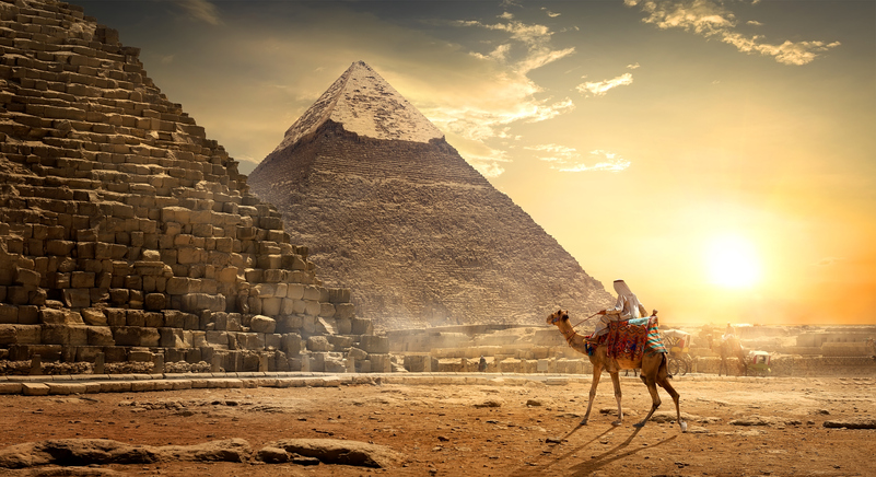 Kamel mit Reiter vor 2 Pyramiden