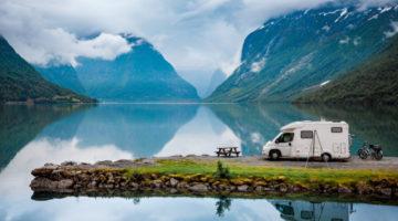 Campingplatz am See im Gebirgstal