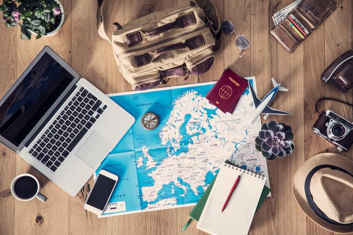 Utensilien und Dokumente für eine Europareise