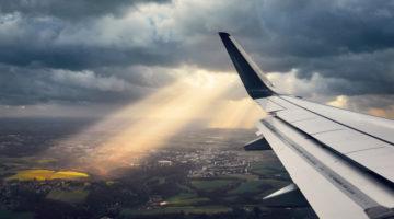 Flugzeugflügel unter einer Wolkendecke