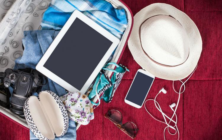 Reise-Gadgets am Strand