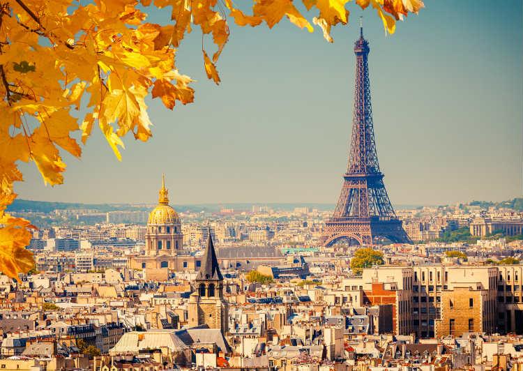 Reiseziele im Herbst - Blick auf Paris mit Eifelturm und Herbstlaub