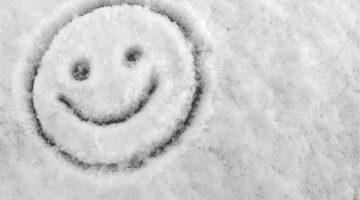Fröhlicher Smiley im Schnee