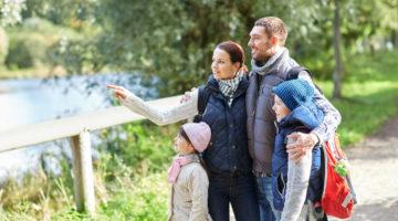 Familie mit zwei kleinen Kindern auf Wanderweg